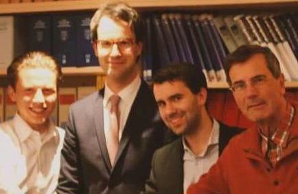 Sponsoo ist gegründet. Handschlag vor den Augen des Notars Dr. Carsten Cramer